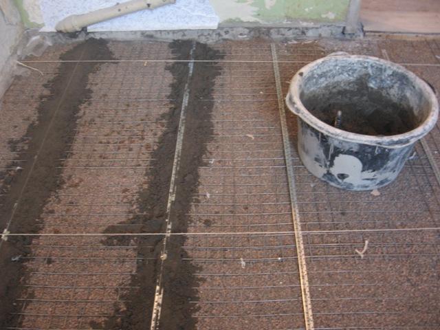 На следующий день наши маяки застыли и готовы к заливке стяжки.  Замешиваем по инструкции цементно-песчаную смесь и...